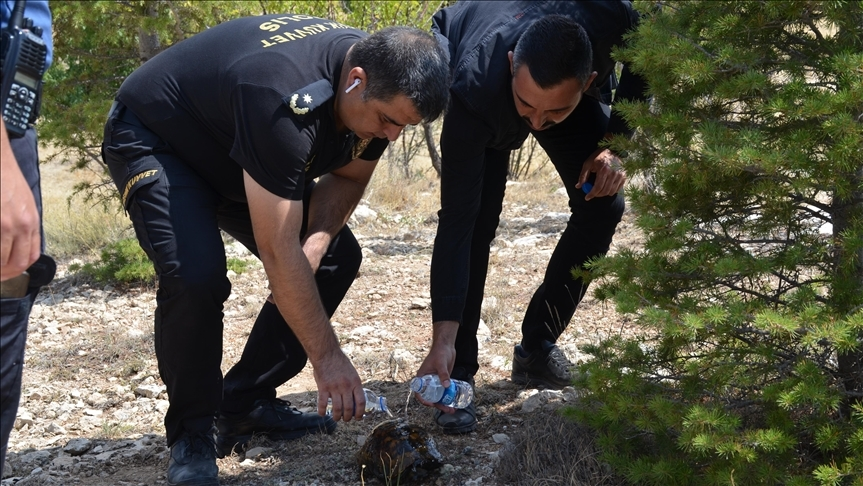 Yangının ortasında kalan kaplumbağayı polisler kurtardı