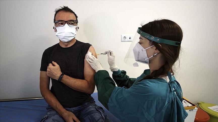 Sağlık çalışanlarının eşlerine Kovid-19 aşısı yapılmaya başlandı