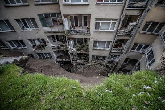 Bursa'da heyelan nedeniyle 7 binadaki 60'a yakın daire boşaltıldı.