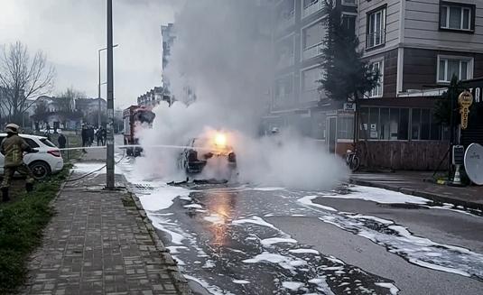 Bursa'da seyir halindeyken alev alan otomobil kullanılamaz hale geldi