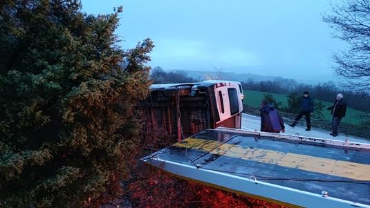 Bursa'da yangın tüpü yüklü minibüs devrildi