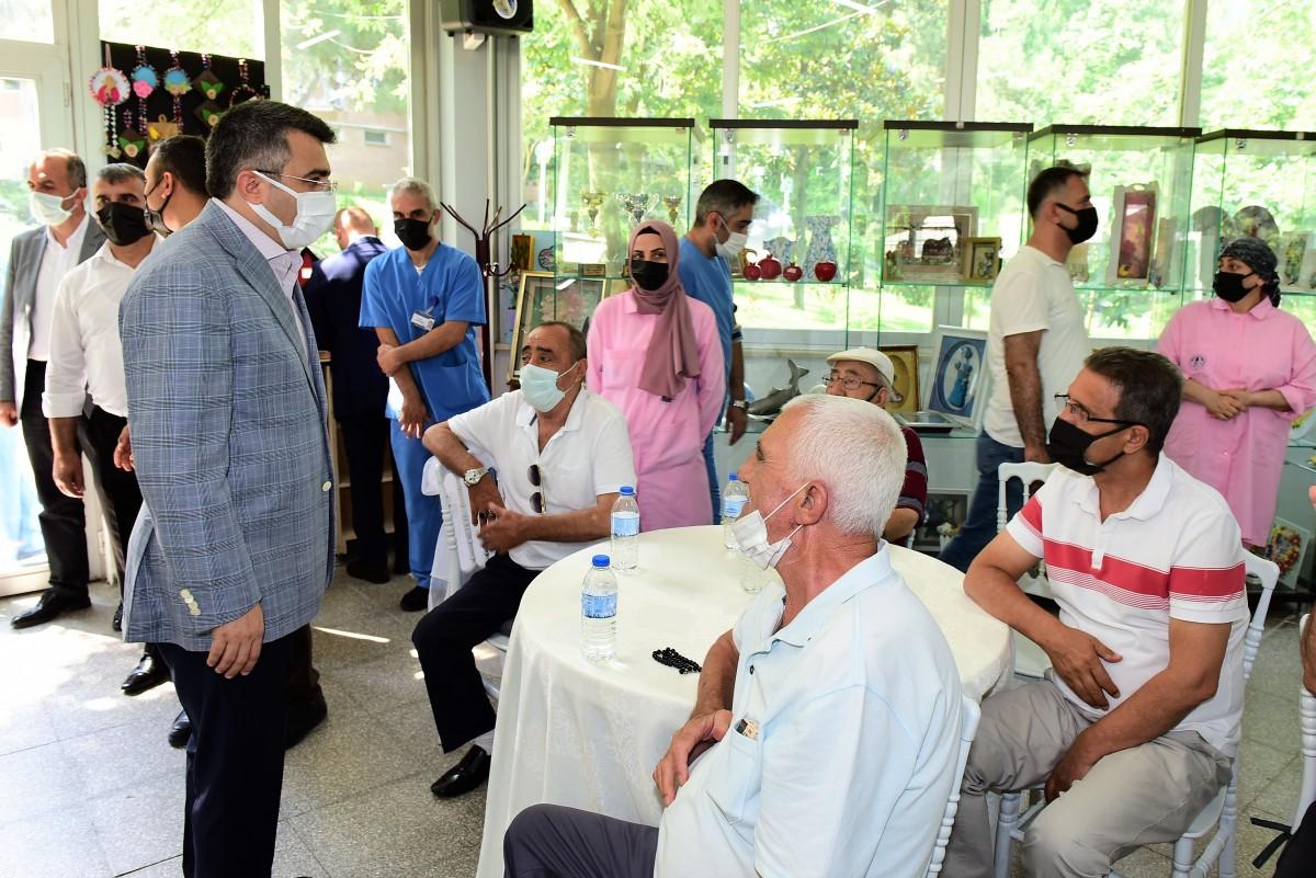 Başkan Yılmaz'dan hastaneye ve huzurevine bayram ziyareti