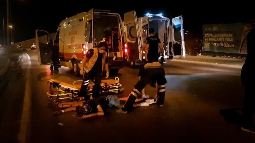 Bursa'da bariyerlere çarpan motosikletteki 2 kişi ağır yaralandı