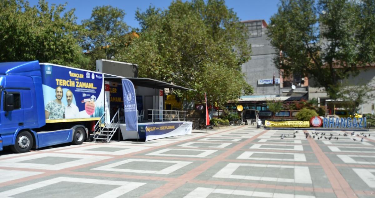 Büyükşehir, mobil tercih tırı Orhangazi'de gençlerle buluştu