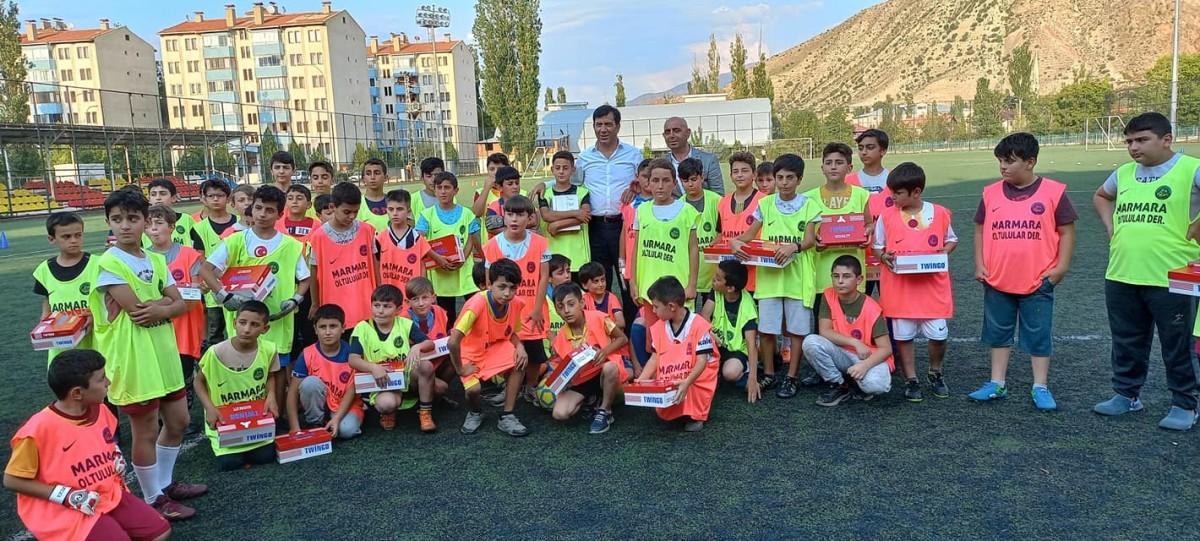 Marmara Oltulular Derneği Erzurum'da Öğrencilere spor kıyafetleri dağıttı