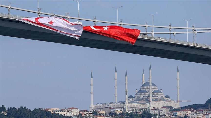 15 Temmuz Şehitler Köprüsü'ne Türk ve KKTC bayrağı asıldı