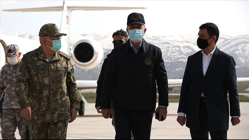 Akar ve TSK komuta kademesi sınır hattında Pençe-Yıldırım Operasyonu'nun harekat merkezini ziyaret etti