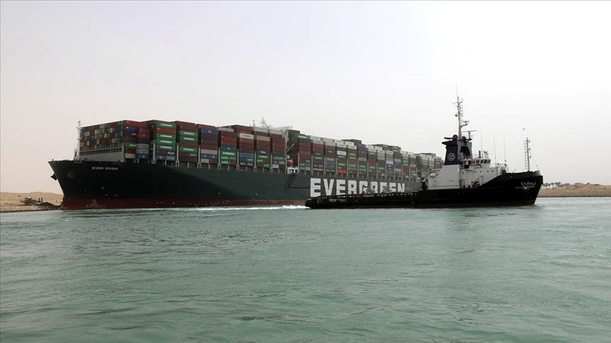 Süveyş Kanalı'nda karaya oturan yük gemisini kurtarma çalışmaları sürüyor