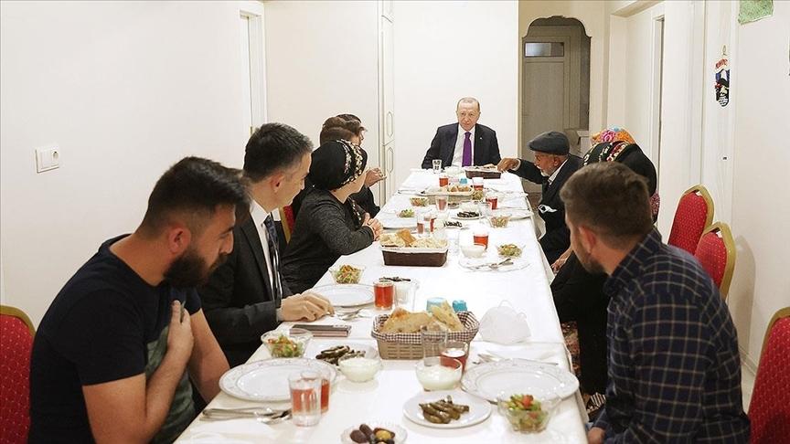 Cumhurbaşkanı Erdoğan, Ankara'nın Ayaş ilçesinde hayvancılıkla uğraşan bir aileye iftarda konuk oldu