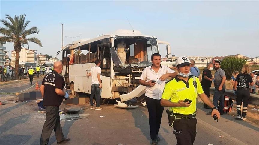 Tur midibüsü devrildi! 3 kişi öldü, 16 kişi yaralandı