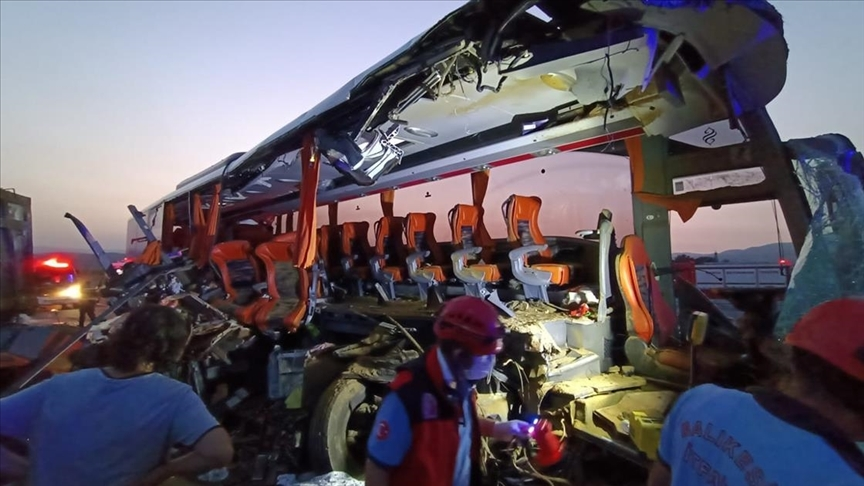 Katliam gibi kaza! Yolcu otobüsü tıra çarptı: 9 ölü, 30 yaralı