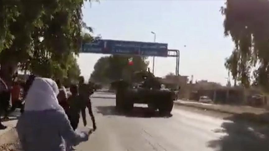 Suriye'de terör örgütü YPG/PKK işgalindeki Tel Temir beldesinde Rus askeri konvoyu taşlandı