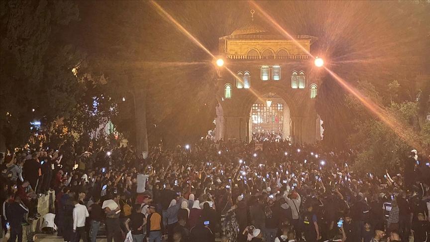 Mescid-i Aksa'da binlerce Filistinli, teravih namazının ardından İsrail'i protesto etti