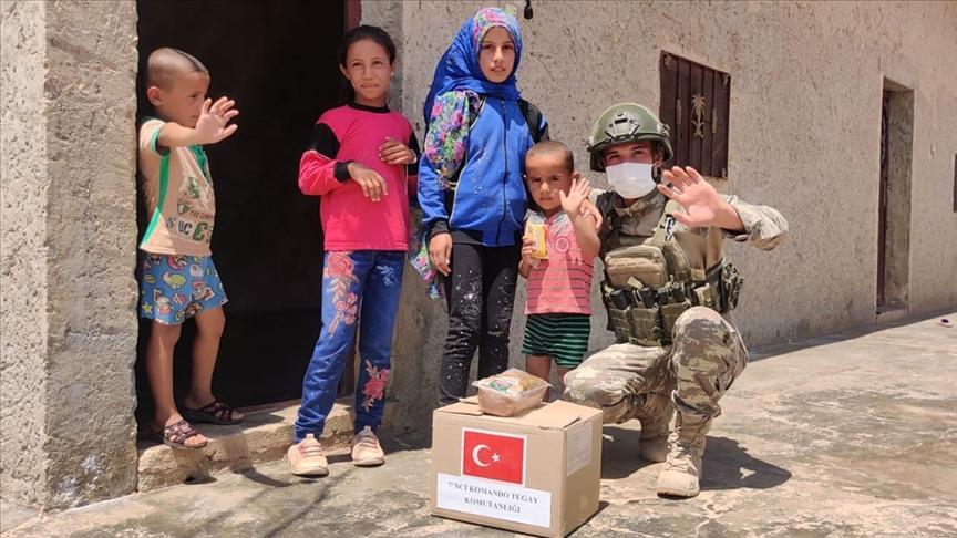 Mehmetçiğin Barış Pınarı bölgesindeki yardım faaliyetleri devam ediyor