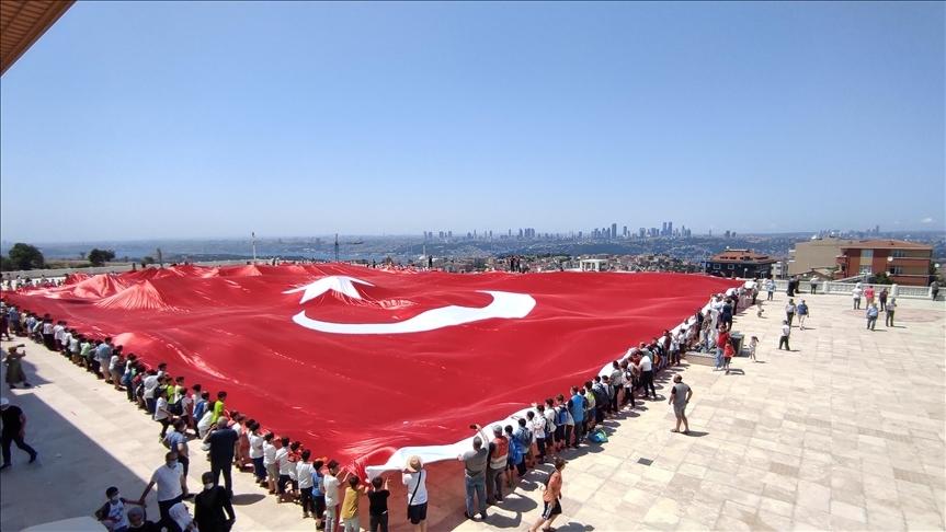 Büyük Çamlıca Camisi'nde 2 bin 71 metrekarelik Türk bayrağı açıldı