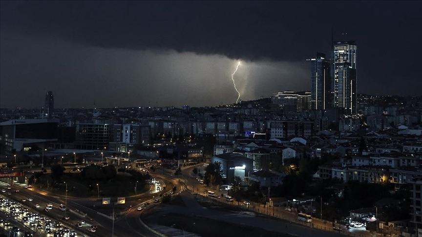 İstanbul'da kuvvetli sağanak ve fırtına etkili oluyor