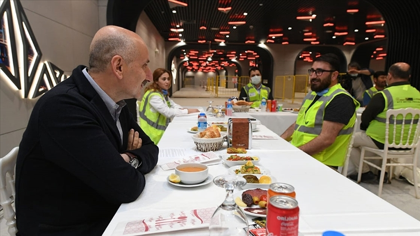 Bakan Karaismailoğlu, yıl sonunda açılacak Havalimanı metrosu Göktürk istasyonunda işçilerle iftar yaptı