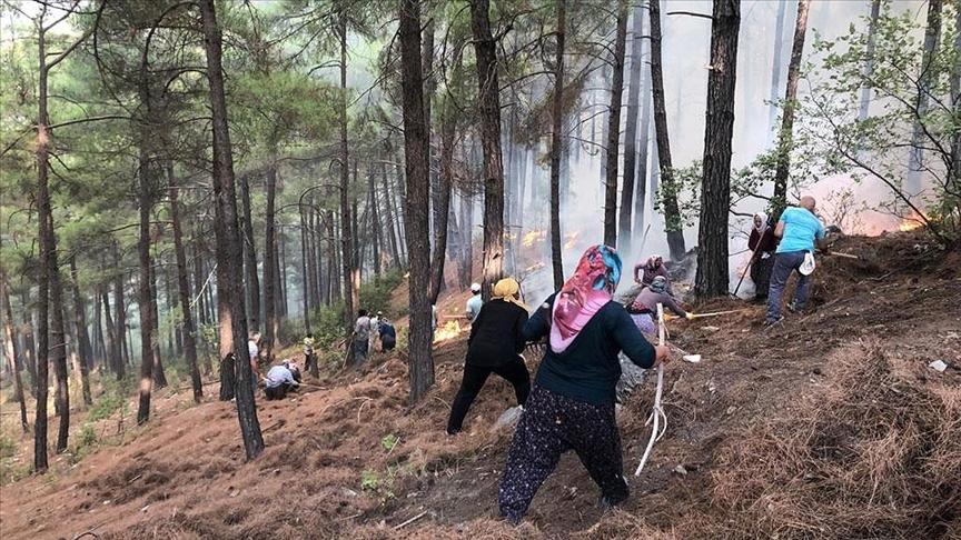 Manavgat'ta yangının mahallelerine sıçramaması için çiftçiler de çalışmalara destek verdi