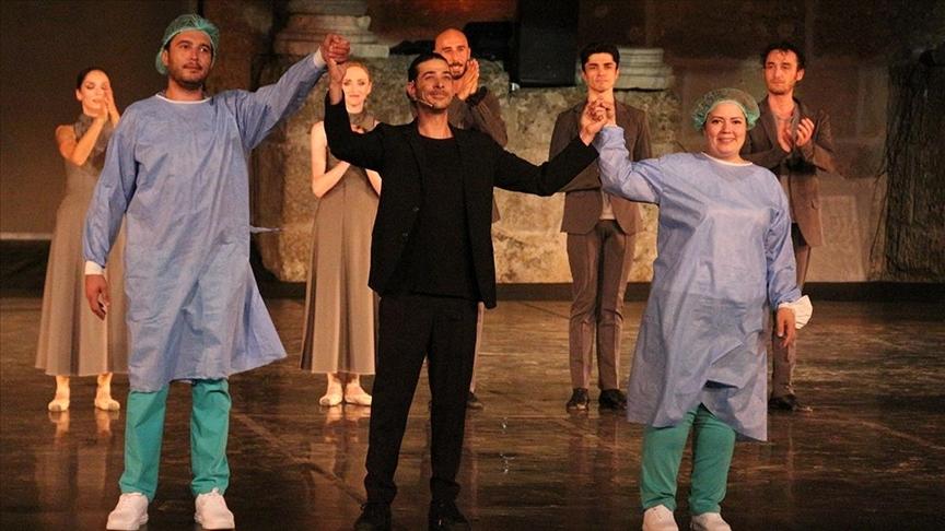 Gülin hemşire Kovid-19 ile mücadeleyi sahneye taşıdı