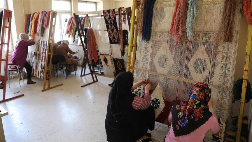 Bingöllü kadınlar asırlık dokuma kilim geleneğini yaşatmaya çalışıyor