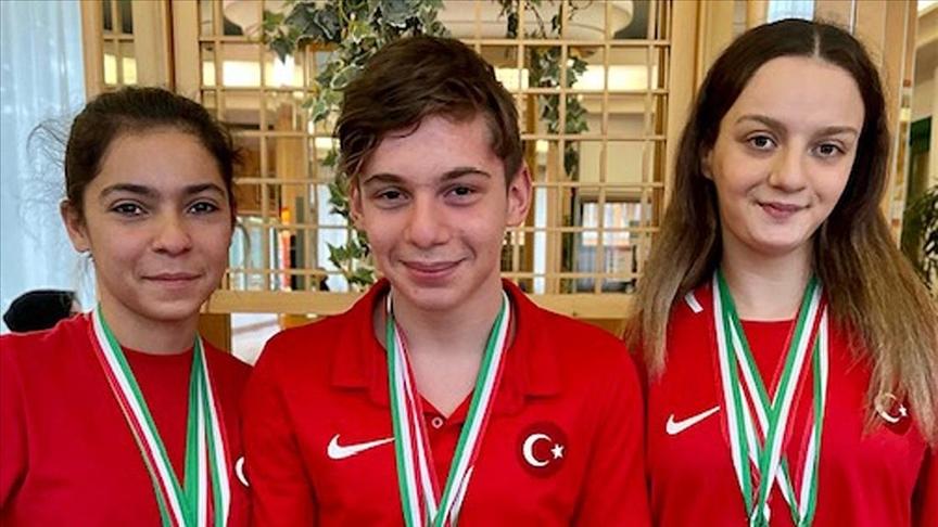 Paralimpik milli yüzücüler Sümeyye Boyacı ve Sevilay Öztürk kürsüye birlikte çıktı