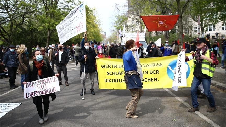 Berlin'de Alman hükümetinin Kovid-19 salgınında izlediği politika protesto edildi