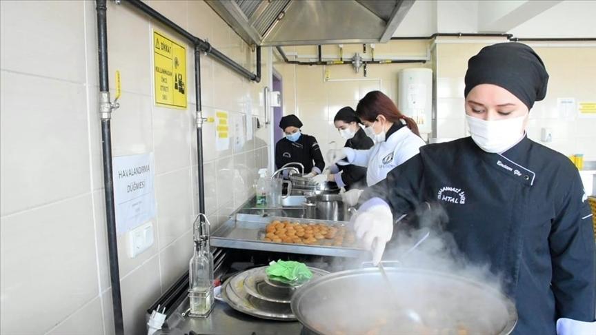 Meslek lisesinde pişirilen yemekler ihtiyaç sahiplerinin iftar sofralarını lezzetlendiriyor