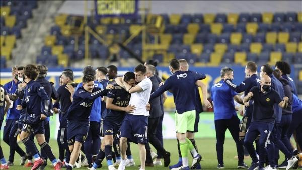 Fenerbahçe şampiyonluk yarışına uzatmada tutundu