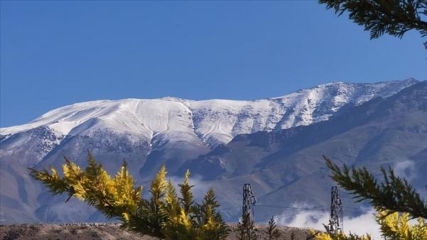 Erzincan'daki Esence Dağı haziranda yağan kar ile yeniden beyaza büründü