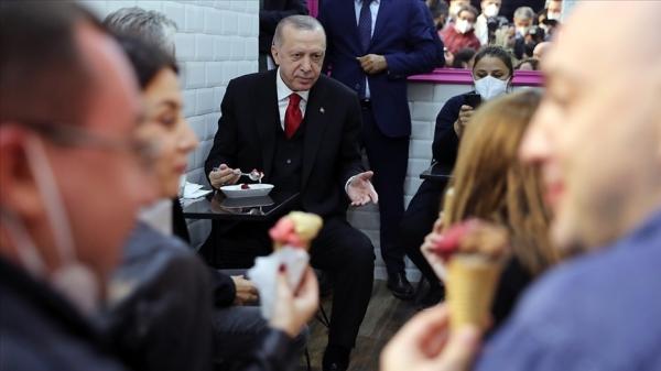 Cumhurbaşkanı Erdoğan, Beylerbeyi'ndeki bir dondurmacıya uğradı